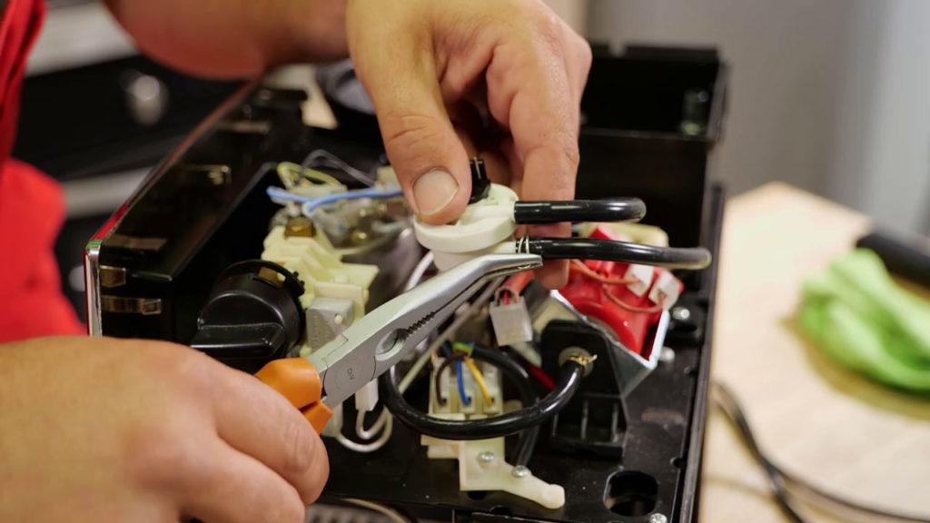 Rebrancher les tuyaux à l'aide de la pince