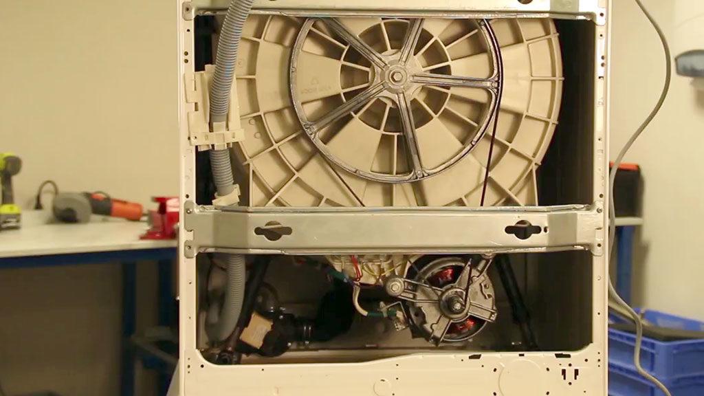 Retirez la barre transversale si présente et repérez la connectique du moteur pour le débrancher