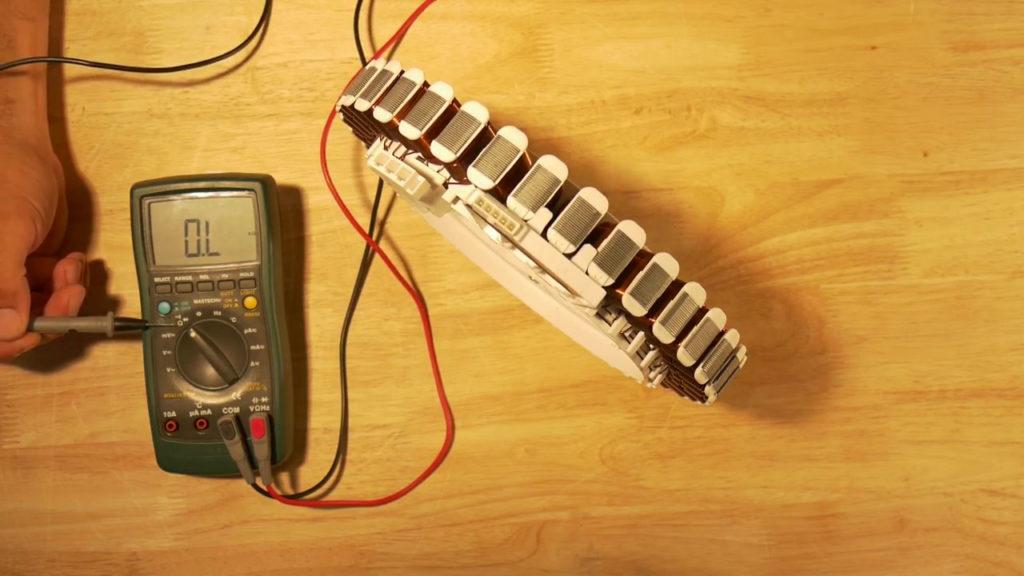 Mettre le multimètre en mode kilo-ohm