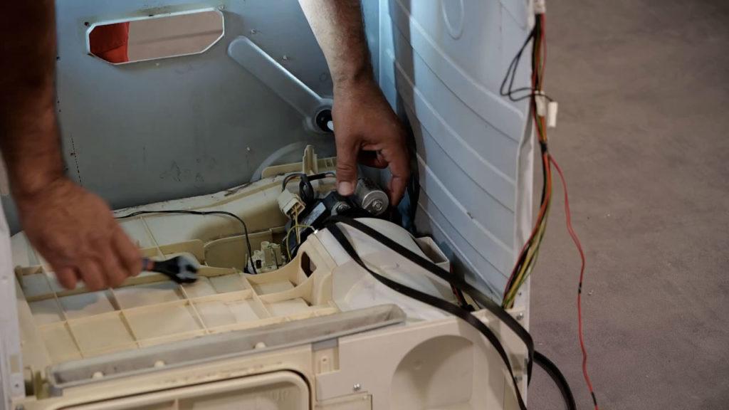Retirer le condensateur du sèche-linge