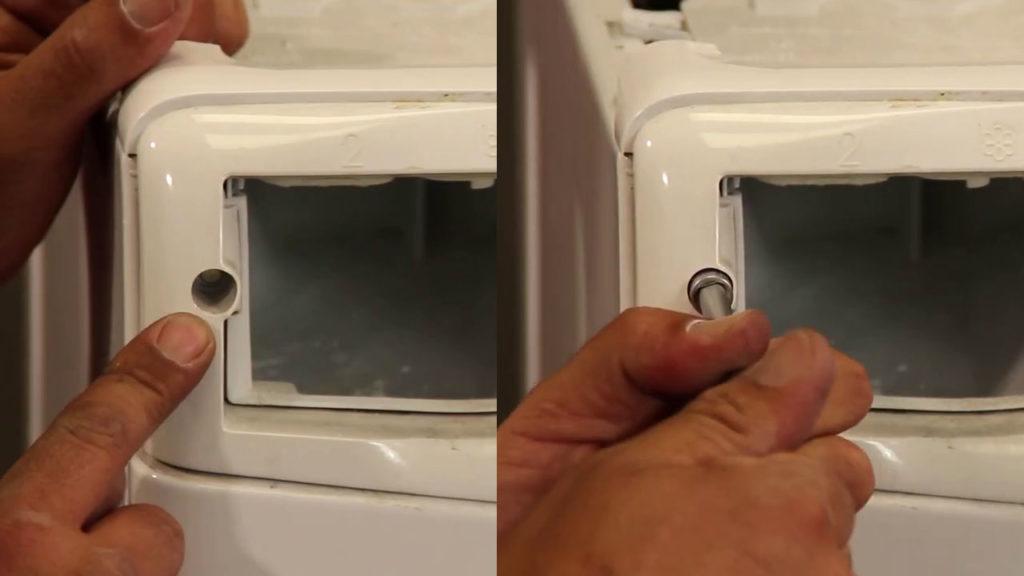 Retirez les vis avant du compartiment à produits puis sortez-le en tirant légèrement