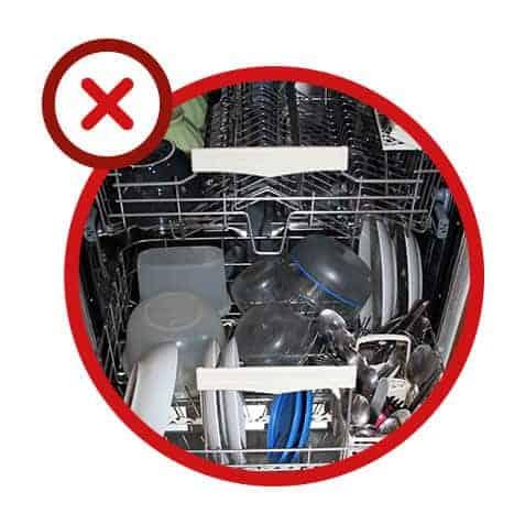 Erreur n° 2 - Remplir les paniers sans réfléchir et placer de la vaisselle en plastique dans le panier inférieur