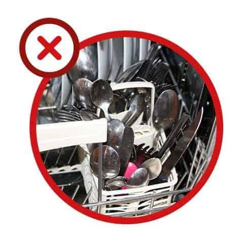 Erreur n° 3 - Entasser les couverts sans les trier et placer les lames de couteau vers l'extérieur