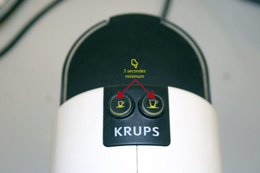 Débloquer la machine à café en appuyant simultanément sur les 2 boutons pendant quelques secondes