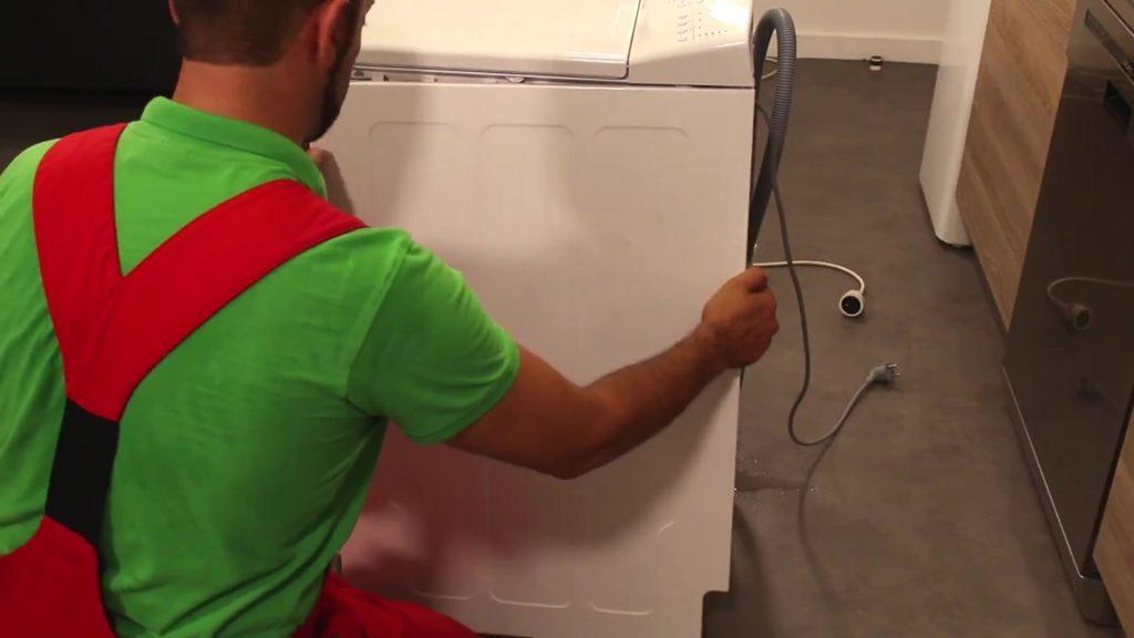 Retirer le panneau latéral du lave-linge