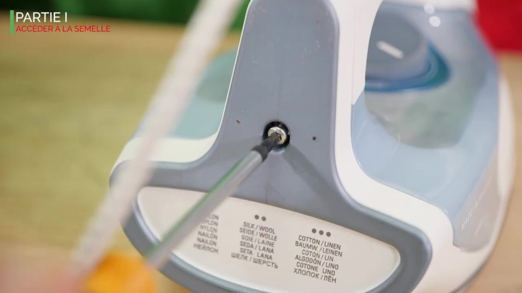 Dévissez la vis du cache arrière du fer à repasser vapeur pour accéder au connecteur