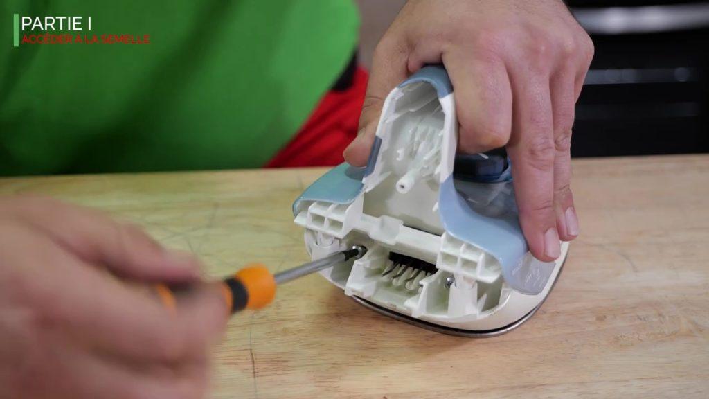 Dévissez les vis du chaque côté du connecteur pour enlever la semelle