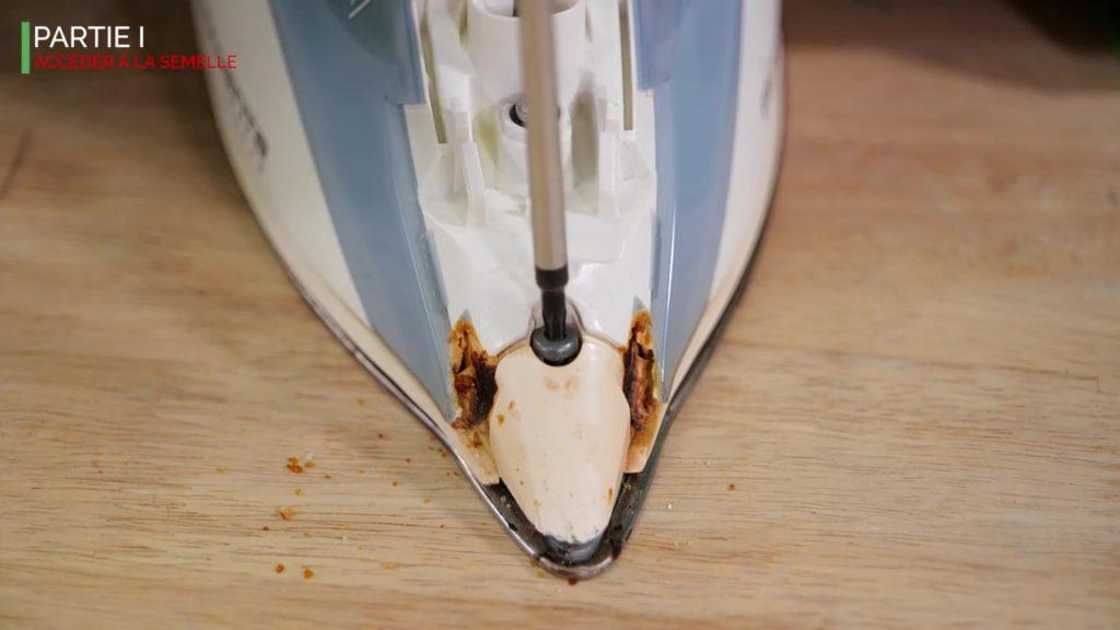 dévisser la vis avant du fer vapeur attention la vis est fragile