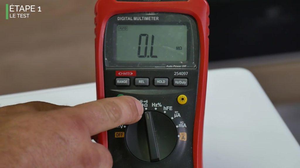 Positionnez le multimètre en position ohmmètre