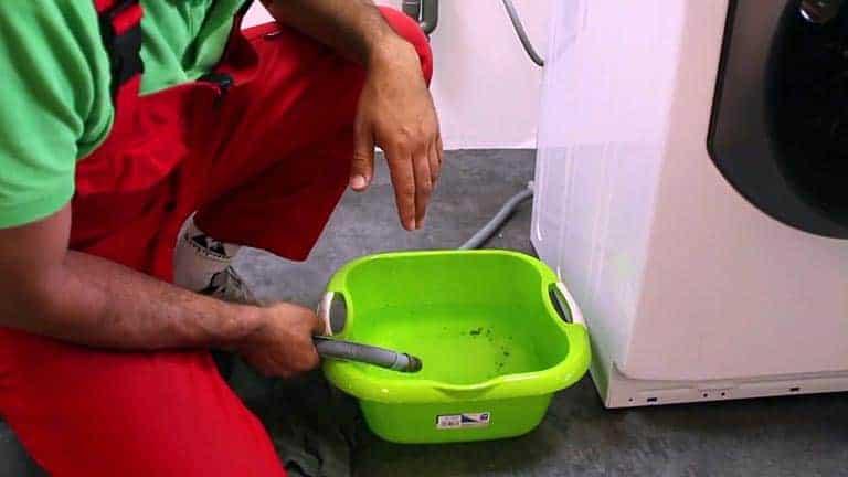 Vidanger le lave-linge avant d'intervenir