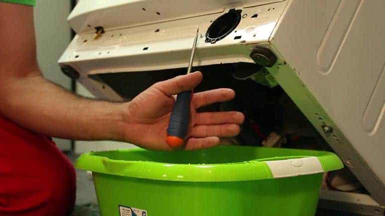 Contrôler le filtre de vidange et retirer les petits objets qui pourrait bloquer l'hélice