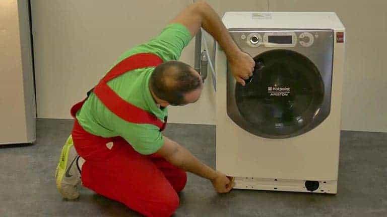 Tirer sur la languette pour débloquer la porte du lave-linge