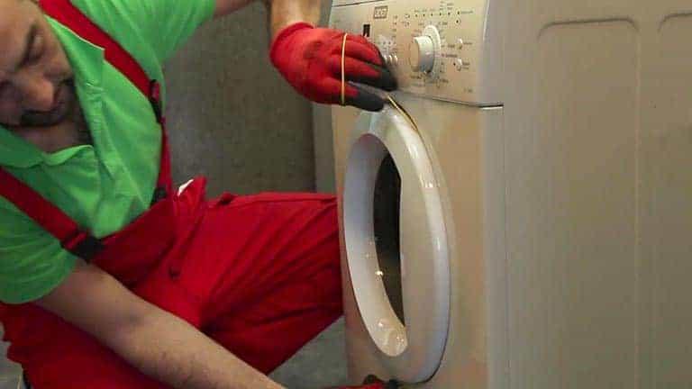Débloquer le hublot du lave-linge : technique de la ficelle