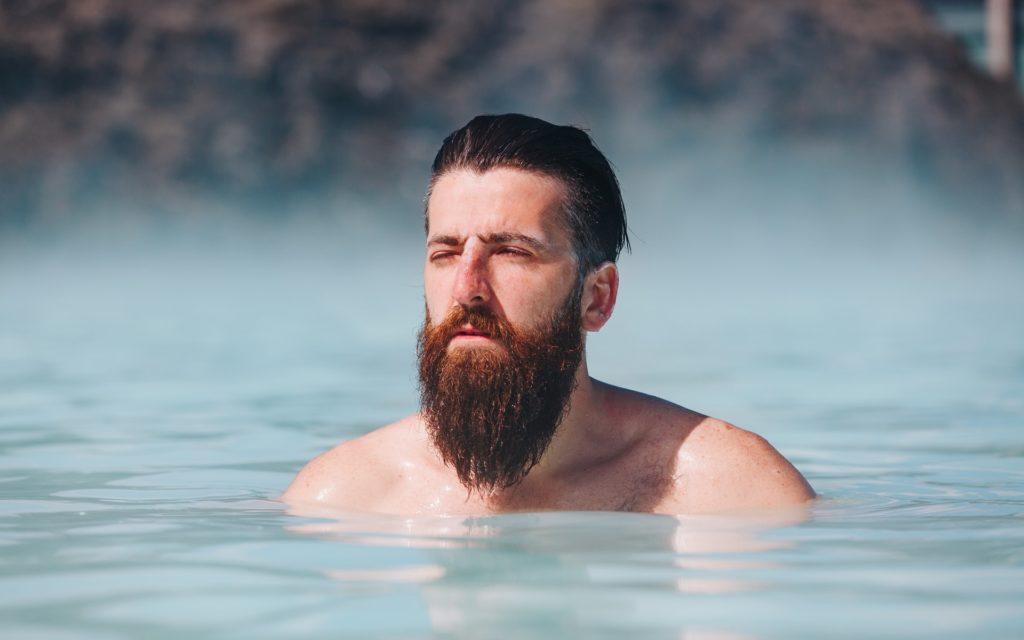 Homme barbu qui se baigne