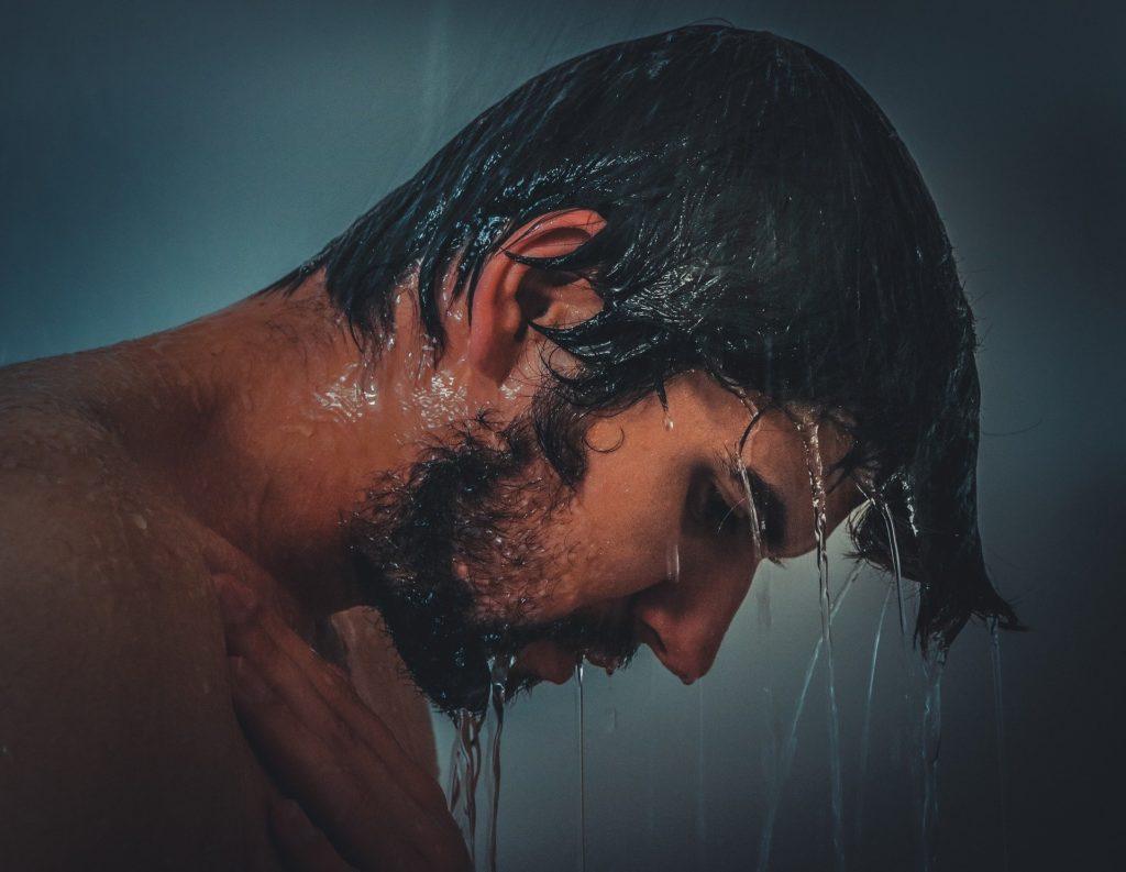 Homme barbu sous la douche