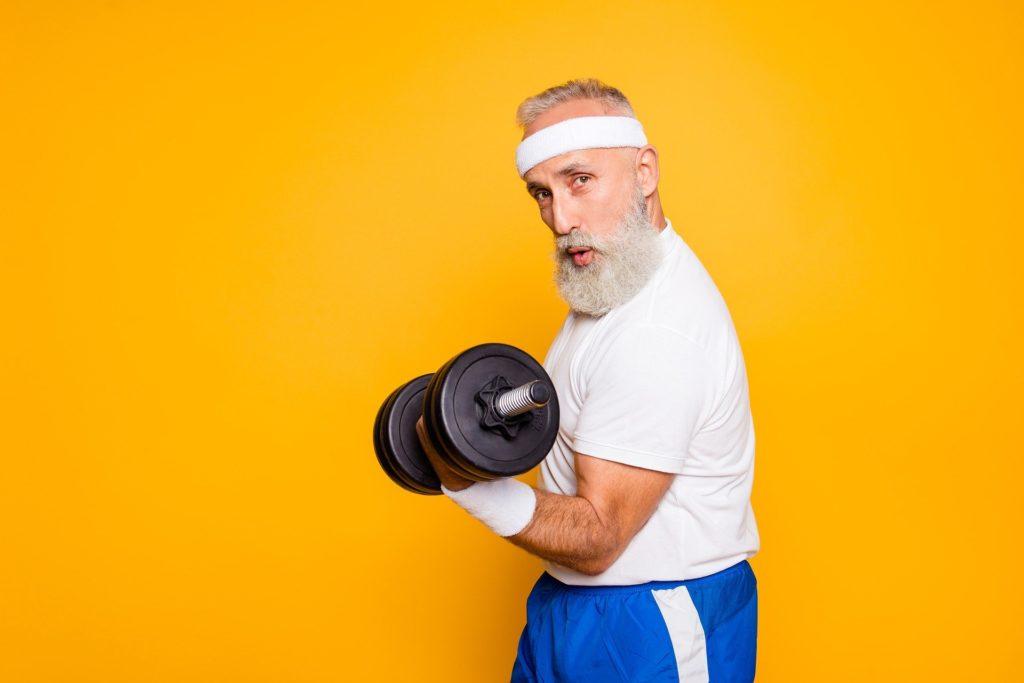 Homme barbu faisant de la musculation