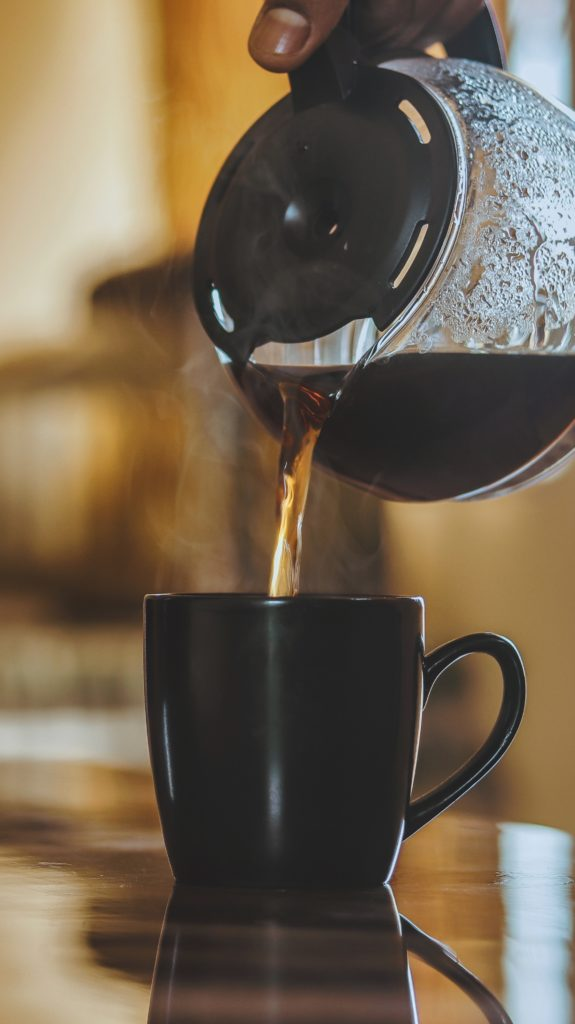Servir une tasse de café filtre