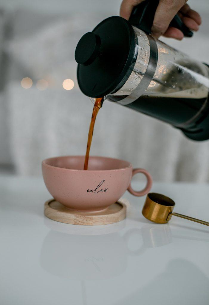 Café préparé dans une cafetière à piston