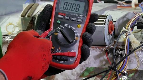 Régler le multimètre en mode voltmètre courant alternatif