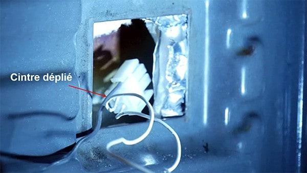 Utiliser un cintre pour passer le connecteur