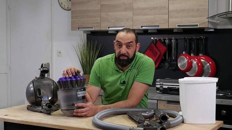 contrôler le réservoir de votre aspirateur dyson