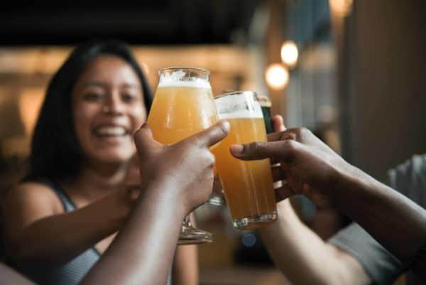 Trinquer autour d'une bière entre amis
