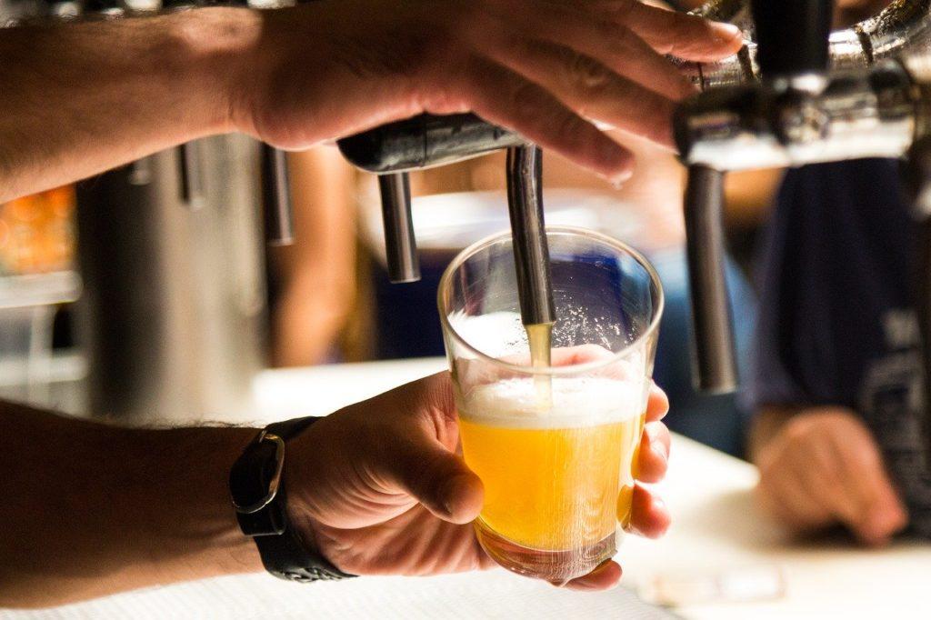Servir une bière à l'aide d'une tireuse à bière professionnelle