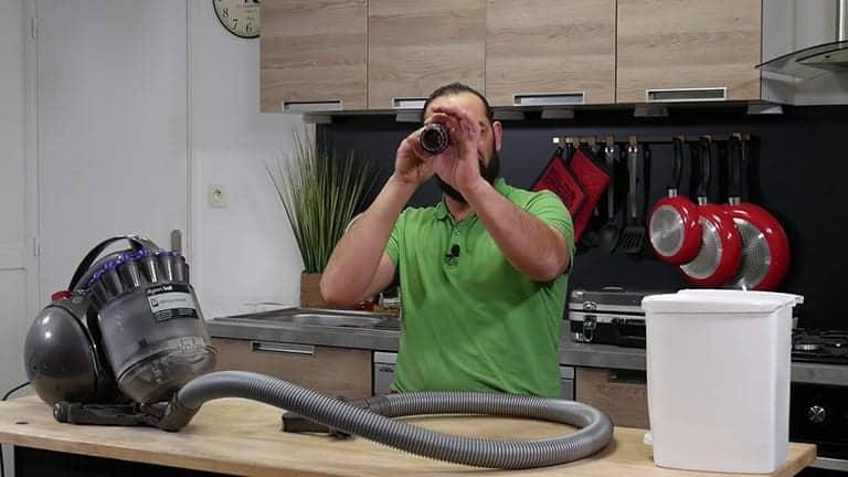 Vérifier le tube d'aspiration de votre aspirateur dyson