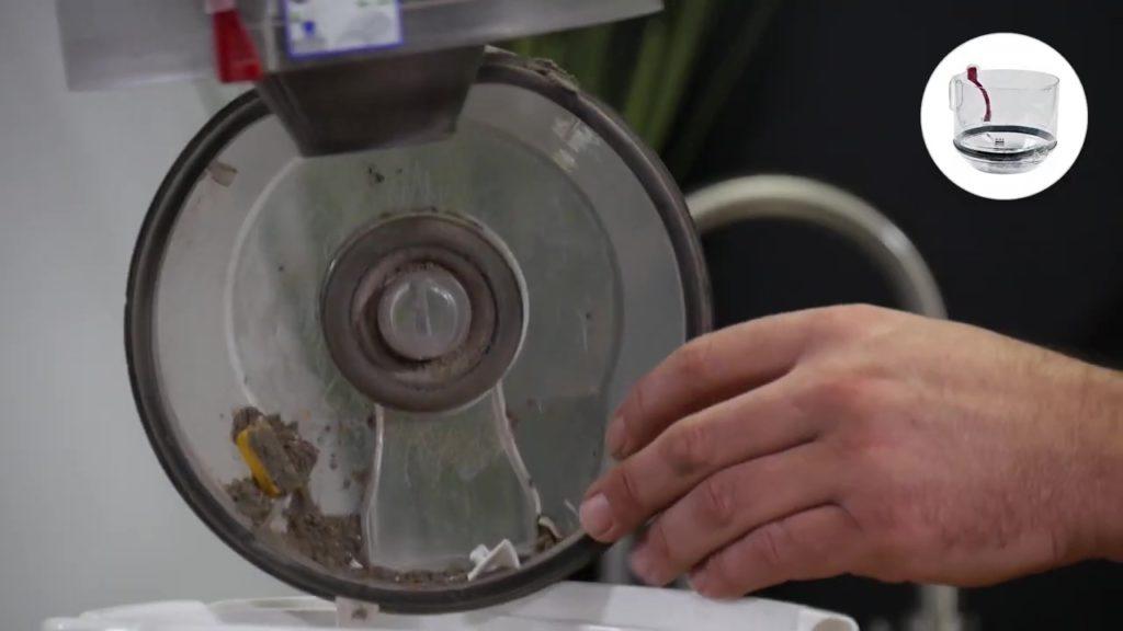 Vider puis laver le bac plastique de récupération de poussière