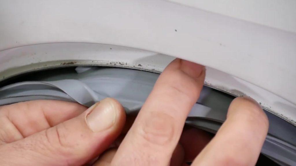 trouver le creux du joint de hublot afin de le remettre à sa place