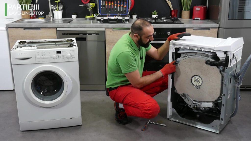 Serrer les vis d'un contrepoids de lave-linge à chargement par le dessus