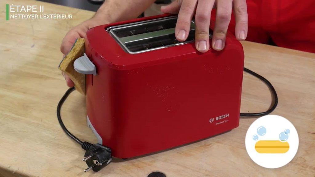 Nettoyer l'extérieur du grille-pain avec une éponge et de l'eau savonneuse