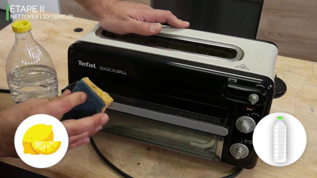 Nettoyer l'extérieur du grille-pain avec du vinaigre blanc et du citron