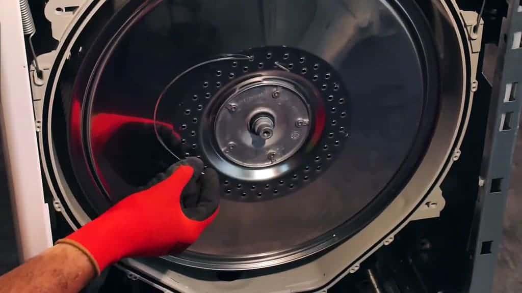 Baleine de soutien-gorge coincée dans la partie externe du tambour de la machine à laver