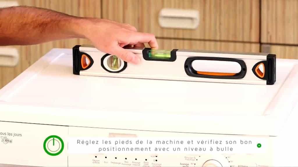 Vérifier la stabilité du lave-linge à l'aide d'un niveau